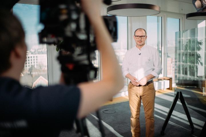 Prof. Hesse vor einer Fernsehkamera