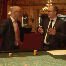 Herr Schwanke im Gespräch mit Professor Hesse im Spielcasino Baden-Baden